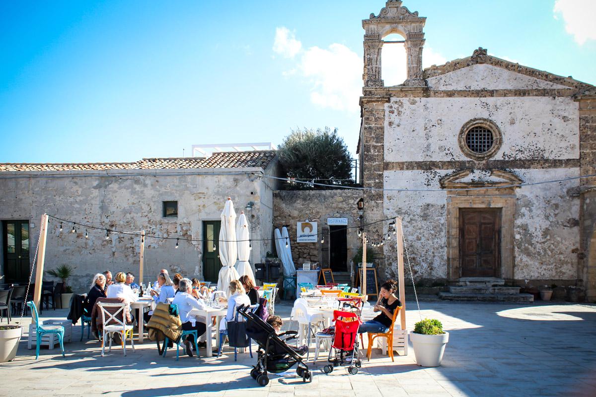 vacanza in barca a vela sicilia marzamemi piazza