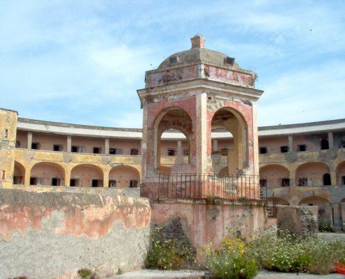 Noleggio-barche-a-Ponza-interno-carcere